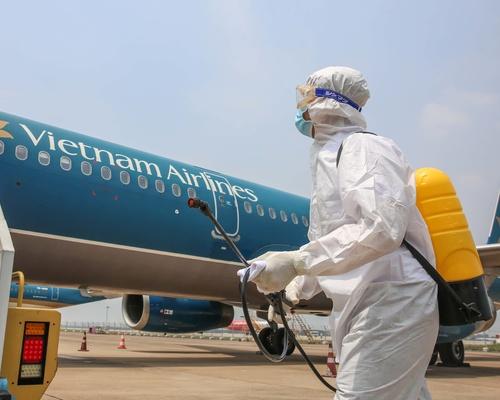 Ngày đầu tiên thực hiện khử trùng trên máy bay
