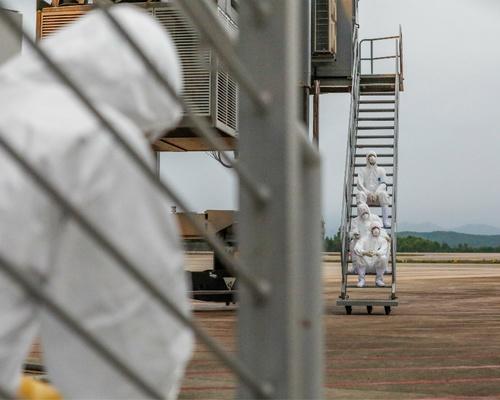 Phút nghỉ ngơi của các nhân viên y tế sau khi tiếp nhận 30 công dân trở về từ Vũ Hán(Trung Quốc), hạ cánh tại sân bay Vân Đồn(Quảng Ninh) tháng2:2020:phong sơn