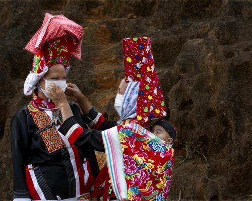 (Bà con Dân tộc Dao Thanh Phán, xã Đồng Văn, huyện Bình Liêu đang hướng dẫn đeo khẩu trang phòng chống dịch COVD19.)