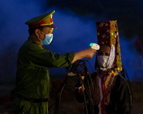 Vận động bà con dân tộc Dao Thanh Phán về bản cách ly phòng chống dịch Covid-19