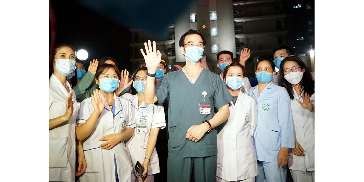 """Rạng sáng 12/4/2020, lệnh gỡ bỏ phong tỏa Bệnh viện Bạch Mai chính thức có hiệu lực, ông Nguyễn Quang Tuấn (Giám đốc BV Bạch Mai) cùng các nhân viên y tế không khỏi vui mừng, xúc động sau 14 ngày """"nội bất xuất – ngoại bất nhập"""""""