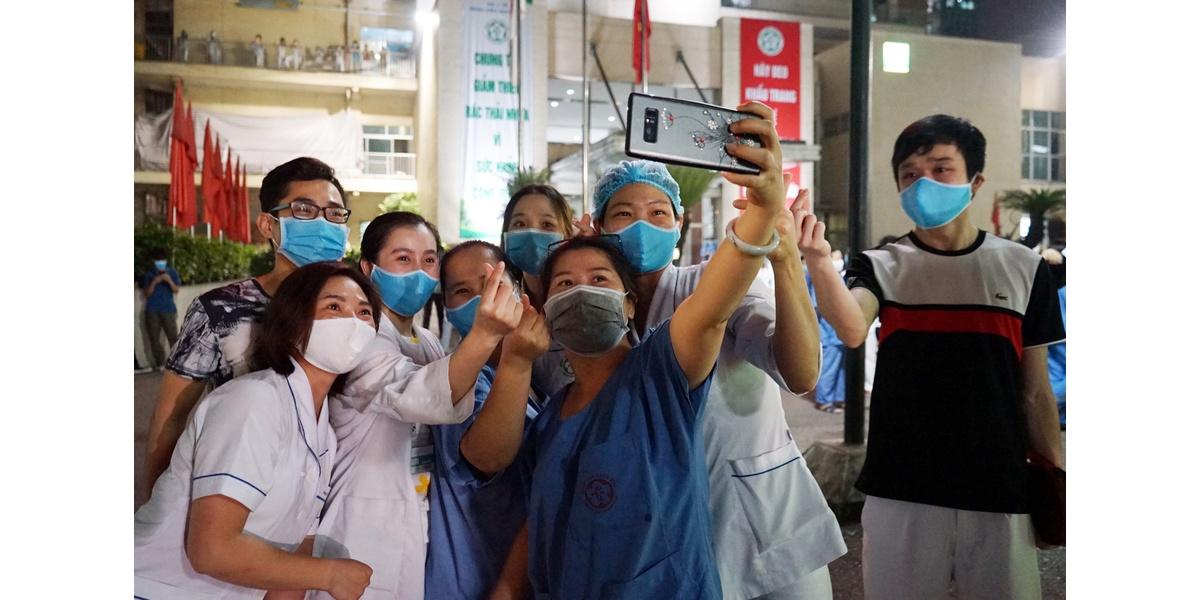 Nhiều nhân viên y tế, bác sĩ tại Bệnh viện Bạch Mai đã không giữ được niềm xúc động khi lệnh phong tỏa được gỡ bỏ chính thức có hiệu lực. Với rất nhiều người làm ngành Y đang công tác tại đây, có lẽ đêm 12/4/2020 sẽ không bao giờ quên.