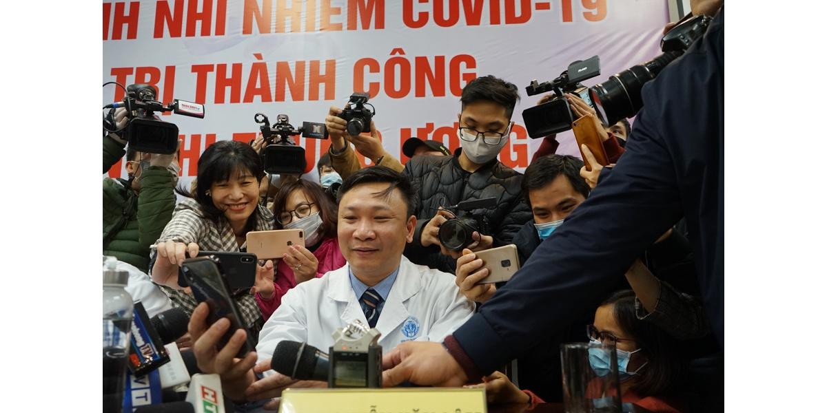 Ngày 20/2/2020 bé gái N.G.L (sinh ngày 5/11/2019 trú tại huyện Bình Xuyên, Vĩnh Phúc) được Bệnh viện Nhi Trung ương công bố chữa khỏi COVID-19 trong sự vui mừng của đông đảo y, bác sĩ. Hình ảnh các phóng viên, nhà báo vây quanh BS Nguyễn Văn Lâm gọi điện