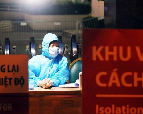 Ánh mắt thể hiện sự mệt mỏi nhưng ánh lên niềm tin, niềm hi vọng của nhân viên y tế túc trực xuyên ngày đêm tại điểm dịch Bệnh viện Bạch Mai trong thời điểm bệnh viện bị phong tỏa.