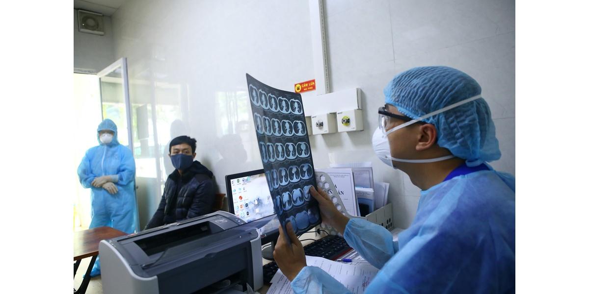 Khu khám sàng lọc bệnh nhân có triệu chứng tại bệnh viện Thanh Nhàn (Hà Nội).