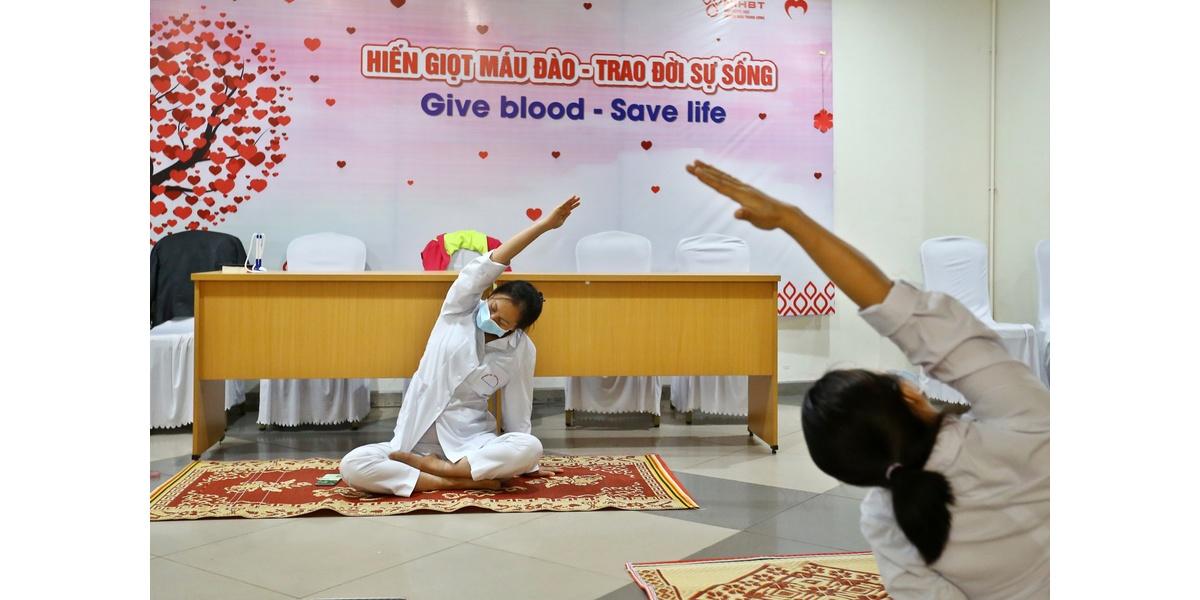 Nhân viên của viện trong khu cách ly tập yoga nâng cao sức khỏe.