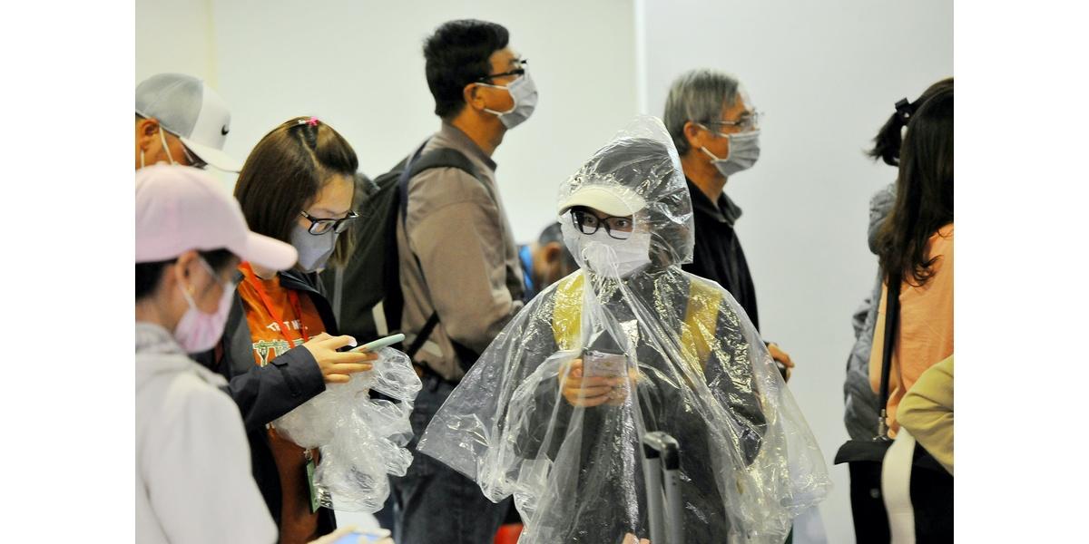 Bức ảnh chụp người dân tự trang bị đồ bảo hộ khi đến Sân bay Tân Sơn Nhất (TP.HCM) để phòng tránh sự lây nhiễm dịch Covid-19