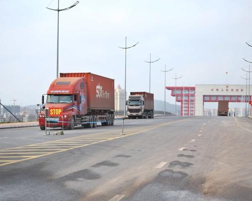 Ảnh 01: Xe xếp hàng chờ làm thủ tục nhập cảnh qua cầu Bắc Luân 2 – cửa khẩu quốc tế Móng Cái.