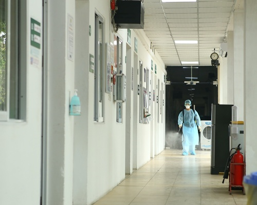 Khu khám sàng lọc và cách ly thường xuyên được phun khử trùng, diệt khuẩn.