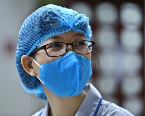 Bác sĩ Nguyễn Ánh Dương, khoa H7 (Điều trị hóa chất) trong khu các ly.