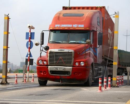 Các xe khi qua cửa khẩu cầu Bắc Luân 2 sẽ đi qua hệ thống phun khử khuẩn tự động.