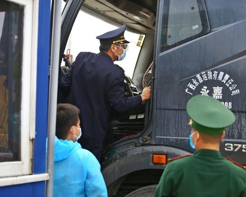 Lực lượng chức năng tại cầu Bắc Luân 2 – cửa khẩu quốc tế Móng Cái kiểm tra xe trước khi thông quan.