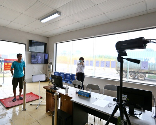 Tất cả những người làm thủ tục nhập cảnh sẽ được đo thân nhiệt tại cầu Bắc Luân 2 – cửa khẩu quốc tế Móng Cái.