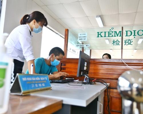 Bàn hướng dẫn khai báo y tế (khuyến khích khai báo y tế điện tử) tại cầu Bắc Luân 2.