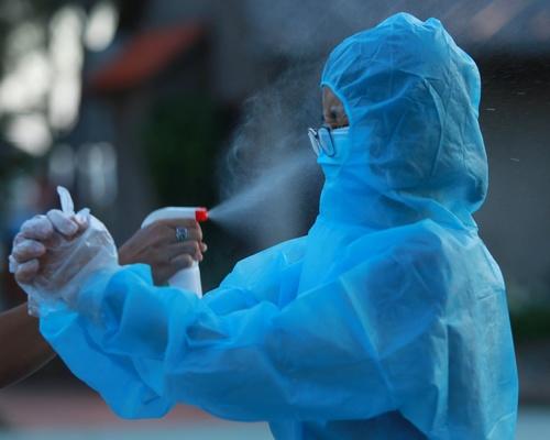 Nhân viên y tế ở Bệnh viện điều trị Covid-19 Cần Giờ (TP.HCM) phun hóa chất phòng dịch vào người khi làm nhiệm vụ chăm sóc người bệnh.