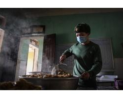 Nhộn nhịp căn bếp ấm tình quân dân tại trại cách ly