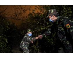 Bộ đội biên phòng dựng lán trắng đêm canh giữ biên giới Việt Trung phòng dịch corona